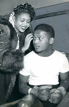 Sugar Ray Robinson and his sister Evelyn circa 1945 Sugar Ray Robinson, Boxing History, Vintage Black Glamour, Combat Sport, Sport Icon, American Sports, Sports Figures, African Diaspora, Sports Photos