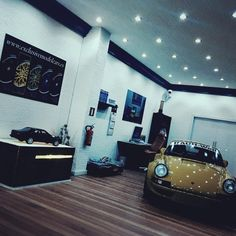 "• EMC Performance Parts • on Instagram: ""1:18 custom dealer shop #porsche #diorama #rwb #gtspiritmodels #911legendsneverdie"""