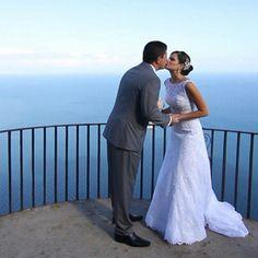 """Já se imaginou dizendo o """"sim"""" em um lugar incrível?! :) O #CasandoNoParaisoNoGNT vai acompanhar casamentos celebrados em destinos paradisíacos mundo afora! Bom pra se inspirar. ;) Estreia segunda, 22h30!"""