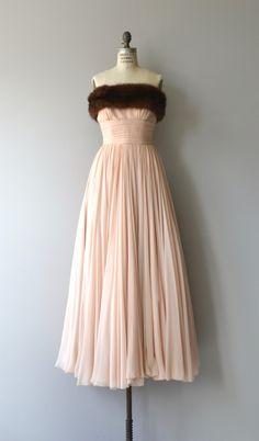 Buiten de mooie jaren 1950 bleke blush roze lagen van zijde chiffon met brede warm bruin nerts bodice, cummerbund verpakt voorzien taille, korset