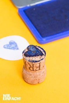 Aus Korken lassen sich ganz einfach Stempel basteln. Einfach ein Motiv aufmalen, mit dem Teppichmesser ausschneiden, fertig! Foto: Torsten Kollmer