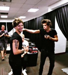 Shared by larry. Find images and videos about one direction, louis tomlinson and on We Heart It - the app to get lost in what you love. One Direction Pictures, One Direction Memes, I Love One Direction, Larry Stylinson, Louis Tomlinsom, Louis And Harry, James Horan, Tom Hardy, Niall Horan
