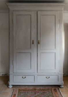 Underbart skåp i varmgrått    SÅLT Antique Armoire, Antique Cabinets, Antique Furniture, Painted Furniture, Practical Magic House, Pot Pourri, Bedroom Cabinets, Laundry Room Design, Cool Chairs