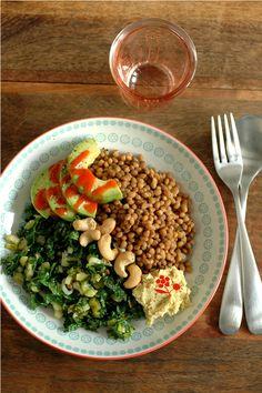 Salade de lentilles, chou kale, avocat, houmous, noix de cajou & sauce chili