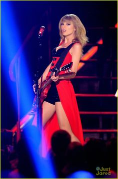 Taylor Swift's Red CMT performance