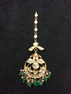 Fulfill a Wedding Tradition with Estate Bridal Jewelry Tikka Jewelry, Indian Jewelry Sets, India Jewelry, Bridal Jewelry, Temple Jewellery, Emerald Jewelry, Gold Jewelry, Jewelery, Pearl Jewelry