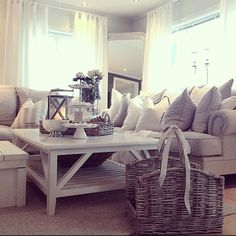 #ShareIG Ingen mangel på puter hvertfall #home #interior #decor #pillows #white