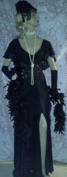 Vestido longo com detalhes em franjas. Luvas longas e casquete em renda, colares em pèrolas, boá em plumas http://artesanne-artes.blogspot.com/