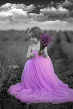 Splash of Colour Black And White Background, Black And White Colour, Black And White Pictures, Little Girl Photos, Girl Pictures, Color Splash Photo, Pink Photography, Beautiful Children, Belle Photo