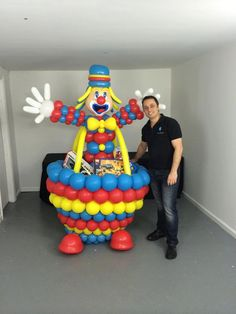 With this purchase you will receive: Instructions on how to make a Clown Gift Box Sculpture and the balloons list Instructions in English and Portuguese Require ADVANCED knowledge of art with balloons.