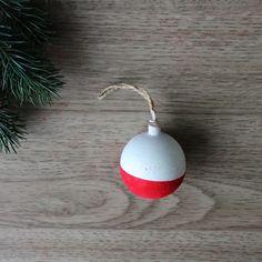 DIY : Boule de Noël aspect velours Christmas Bulbs, Holiday Decor, Diy, Clear Glue, Red Christmas, Masking Tape, Pinecone, Velvet, Christmas Light Bulbs