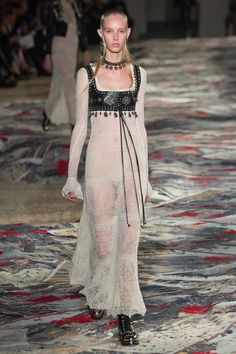 Alexander McQueen Spring 2017 Ready-to-Wear Fashion Show - Jessie Bloemendaal
