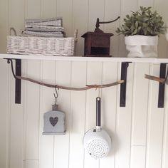 #omakoti #keittiö #paneeliseinä #avohylly #kahvimylly #siivilä #lyhty #valkoinen #keittiöpyyhkeet #allidaalia