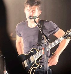 Alex Turner being a babe Monkey Puppet, Monkey 3, Alex Turner Guitar, Alex Turner Hot, Arctic Monkeys, Tv Icon, The Last Shadow Puppets, Wtf Face, Tonne