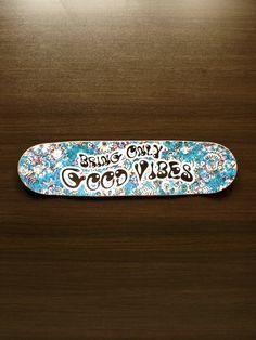 """Decoração - Quadro de Skate """"Bring Only Good Vibes"""" - @lojaonboard"""