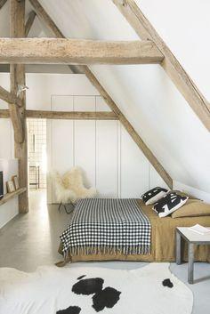 Sous les toits, la chambre explore une palette de couleurs et de matières naturelles