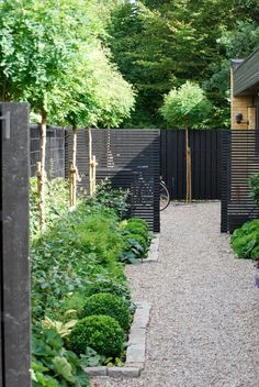Urban Garden Design 25 Unique Garden Fence Ideas With Plants To Your Privacy Unique Gardens, Small Gardens, Outdoor Gardens, Contemporary Garden Design, Landscape Design, Urban Garden Design, Contemporary Houses, Modern Design, Garden Architecture