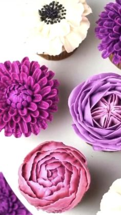 Different piping tips are used. Cupcake Decorating Tips, Cake Decorating Frosting, Cake Decorating For Beginners, Creative Cake Decorating, Cake Decorating Techniques, Cookie Decorating, Flower Cupcakes, Purple Cupcakes, Spring Cupcakes