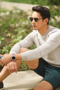 Make the #HuaweiWatch part of your summer style essentials.  #MakeitPossible #LiveHuawei #WearHuawei #StyleMeetsTech