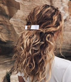 11 Half-Up, Half-Down Hairstyles That Are Perfect for Lazy Days - Haare - Hair Styles Curly Hair Styles, Natural Hair Styles, Natural Wavy Hairstyles, Natural Curls, Medium Hairstyles, Hair Clip Styles, Hairstyles For Curly Hair, Natural Beach Waves, Lazy Day Hairstyles