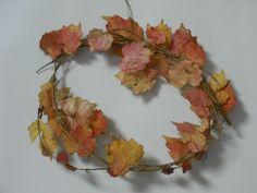 紅葉したつるの葉をアイロンでプレスしてからリースにしました。