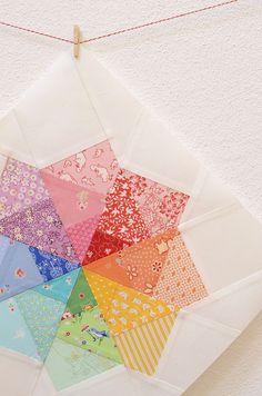 Das ist mein Rainbow Spinning Pinwheel Block. Ursrpünglich wollte ich einen Dresden Plate Block machen. Aber ich wollte auch mehrere Stoffe von einer Farbe verwenden und unbedingt mal wieder paper …