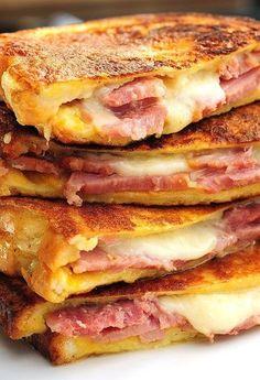モンテクリストサンドイッチ。 モンテクリストは教会の名前ですが、同じ名前のサンドイッチです。 たっぷりのチーズとハムを挟んで、卵液に浸したパンをフライパンで焼きます。 食べ応えがあって美味しそう♪チーズとメープルシロップの相性も抜群。