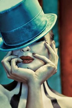 Photo style, high contrast l, almost looks fake Makeup & neck thing Dark Circus, Circus Art, Circus Theme, Cabaret, Artistic Photography, Art Photography, Pierrot Clown, Yorky, Send In The Clowns