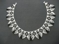 Again, black and white. Plus scheme. Seed Bead Patterns, Beaded Necklace Patterns, Beading Patterns, Beading Tutorials, Seed Bead Necklace, Seed Bead Jewelry, White Necklace, Seed Bead Projects, Beaded Collar