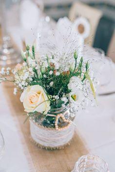 Tischdeko mit Gurkenglas. Verziert mit Jute und Spitze für die Vintage Hochzeit. Foto: Franka & Thomas Photographie