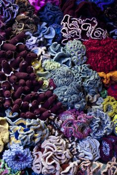 I seriously wish I had enough space, time and yarn money to put together a life-size crocheted coral reef. Freeform Crochet, Crochet Art, Irish Crochet, Crochet Stitches, Free Crochet, Crochet Geek, Crochet Potholders, Arte Coral, Craft Ideas