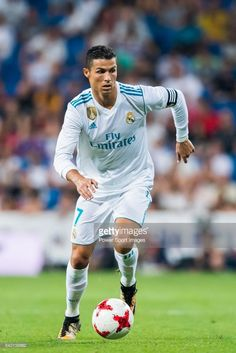 Juventus star Cristiano Ronaldo is a Footballing superstar, a brand and you may even call him a superhuman. Cristiano Ronaldo 7, Ronaldo Juventus, Best Football Team, Sport Football, Soccer Stars, Sports Stars, Fotos Real Madrid, Ronaldo Pictures, Juventus Players
