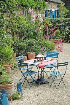 Outdoor space - simple and I love it! Outdoor Rooms, Outdoor Dining, Outdoor Tables, Outdoor Gardens, Outdoor Decor, Small Gardens, Gravel Garden, Pea Gravel, Love Garden