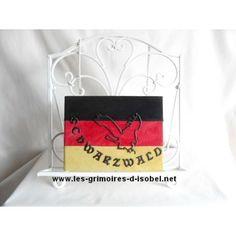 L'Allemagne est un grimoire album photo recouvert de cuir velours noir, rouge et jaune. Il est entièrement réalisé à la main.
