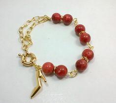 Pulseira em bijuteria fina, dourada com pedra natural Coral