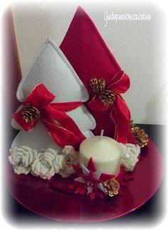 Ancora creazioni natalizie! Questi sono dei centrotavola composti da una candela (che fa sempre atmosfera!) e da alberelli in feltro taglia...