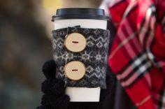 Brrrrrrrrrrrrrrrrrrr nos levantamos el otro día y hacia muchisimo frió afuera, y ahí es cuando recordamos que el invierto esta latente, por eso que mejor que armar estos divertidos protectores para vasos de cafe para evitar quemarnos a la hora de llevar nuestro café al trabajo o a buscar a los niños a la escuela. Reutilizando un sweater de lana o cualquier otra prendia que sea de un espesor bien grueso. Tambien podemos hacer para regalar en este dia del amigo.