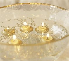 Crea un centro navideño para la mesa con algo tan simple como un cuenco y unas velas. Llénalo de agua y deja que estas floten. El toque final lo darás con confeti dorado como las velas.