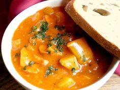 Bramborový guláš neboli buřtguláš Czech Recipes, Ethnic Recipes, Goulash, Thai Red Curry, Food And Drink, Red Peppers