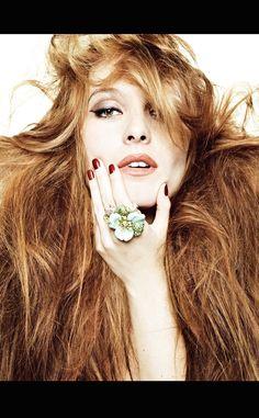 Josephine de la Baume posa con joyas de Dior para Vogue España