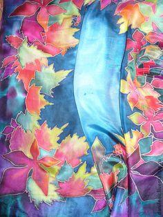 платок батик `Волшебница осень`. Когда сидишь вечером в саду в беседке, к тебе наклоняются ветви посаженных тобой деревьев и винограда, и отсвет их листьев радует глаз...  Платок из тончайшего шелка, с благородным блеском, очень приятный на ощупь.