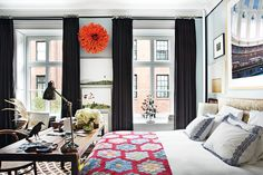 How to deal with big bedrooms? Sometimes decorating a huge room can be a challenge and big bedrooms are for sure a challenge for every interior designer or decoration lover. Balance is everything Big Bedrooms, Two Bedroom Apartments, Bedroom Small, Modern Bedroom, Bohemian Apartment, Cozy Apartment, Small Space Solutions, Dream Decor, Architectural Digest
