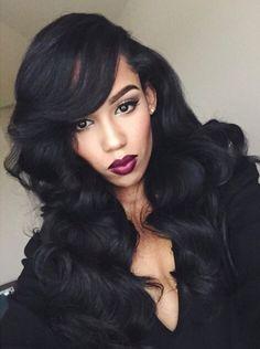 La Latina con pello largo, negro y, rizado y esos labios rojos, una belleza de mujer!