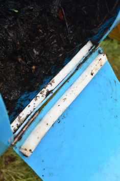 Make a Cheap DIY Compost Bin (That Actually Works) - It's a Husband Thing 55 Gallon Plastic Drum, Plastic Drums, Making A Compost Bin, How To Make Compost, Diy Compost Tumbler, Tumbling Composter, Diy Drums, Yard Waste, Hybrid Tea Roses
