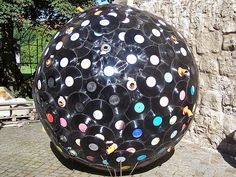 The World's Top 10 Best Uses of old Vinyl Records http://theverybesttop10.com/2013/03/12/uses-of-old-vinyl-records/