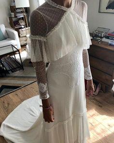 Vestido de novia con plumeti ¡Espectacular! Un diseño de Sofia Delgado Estudio #vestidodenovia #weddingdresses #plumeti Bridal Gowns, Wedding Gowns, All White, Lace Skirt, White Dress, Classy, Instagram, Skirts, Fabric