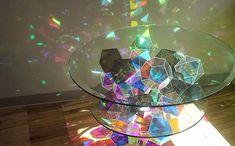きらめく光を周囲に映し出す、アートなテーブル