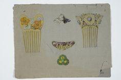 Uttegning av kam med krysantemum. På baksiden uttegninger av kammer og nåler med blomster- og insektmotiv