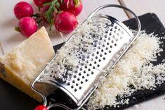 Ralla una papa. La dureza de la papa junto con el ácido oxálico eliminarán los restos de queso de tu rallador.[Fuente: Household Magic]