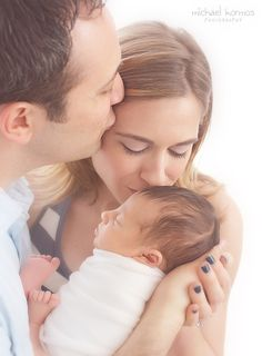 "I like the ""kiss chain"" instead of everyone kissing baby or parents kissing each other Manhattan studio lifestyle newborn photography by nyc family photographer Michael Kormos Lifestyle Newborn Photography, Maternity Photography, Children Photography, Photography Ideas, Photography Website, Newborn Poses, Newborn Shoot, Newborns, Newborn Twins"
